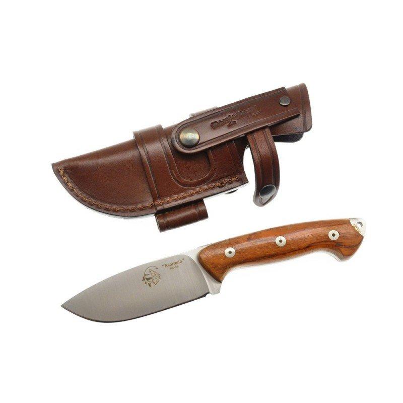 La imagen muestra el modelo de cuchillo de supervivencia Axarquia con su empuñadura de madera a juego con su funda de piel marrón. Cuenta con una hoja de estilo drop point satinado.
