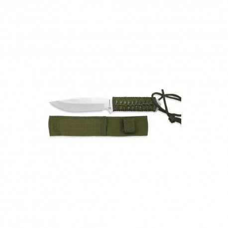 En la imagen se muestra el modelo militar con funda de color verde, compuesto por una empuñadora con un hueco para clocar un cordón fijador, además viene incorporada una funda de nylon a juego con el cuchillo de supervivencia.