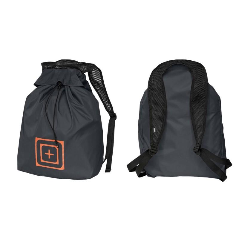 Un modelo de mochila militar en negro en formato bolsa